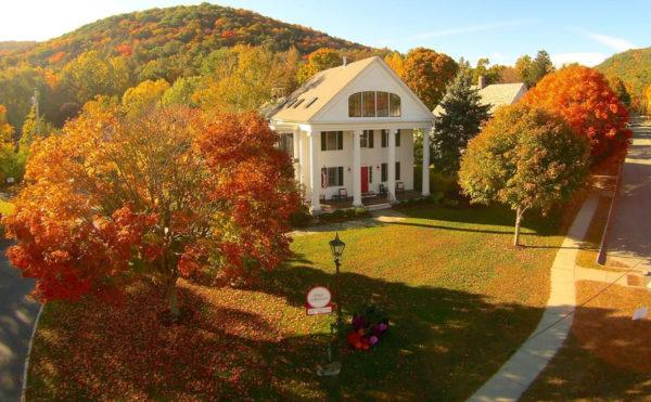 The Four Columns Inn features a spa and a farm-to-table restaurant